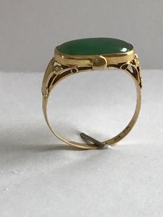 18 kt old gold ring with Jade