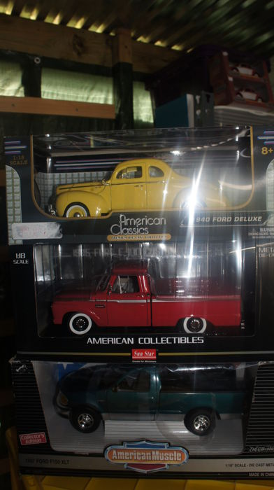 Sun Star / Ertl / Motormax - Scale 1/18 - Lot with 3 models: Ford 1940 Deluxe, Ford 1965 F100 & Ford 1997 F150 XLT