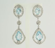 14 kt white gold dangle earrings set with 4 blue topazes of 6.20 ct and 102 brilliant cut diamonds of 0.88 ct, height 4.1 cm, width 1.4 cm
