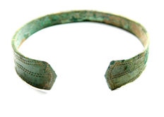 Medieval period, Viking bronze and green patina decoratedbracelet - 65 mm
