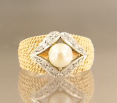 18 kt bi-colour gold ring set at the centre with a cutivated pearl and 16 single cut diamonds, 0.22 carat