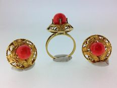18 kt gold set of earrings and coral ring