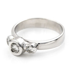 White gold 18 kt cocktail ring with three brilliant cut diamonds in stud setting