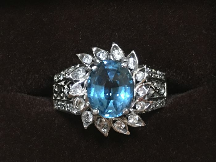 18K/ white gold, 2.91 ct Bule Topaz ,0.6 ct side diamonds, ring size: 19/ 20 mm internal diameter,  Weight: 5.8 g (approx.).