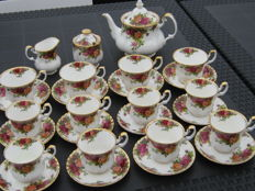 12 kop en schotels,-1 Roomstel,-1 Theekan,- Royal Albert Old country Roses.