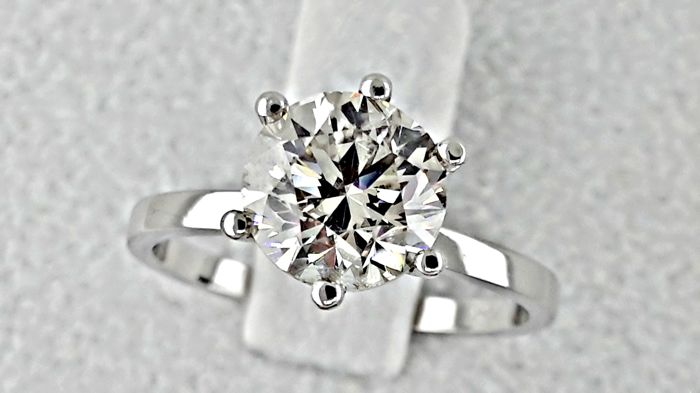 1.81 ct  VS2 round diamond ring made of 14 kt white gold - size 6