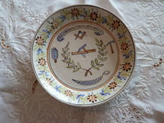 "Rare earthenware plate of the ""Compagnons couvreurs du devoir"""