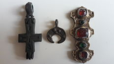 Medieval jewelery including of Lunar Pendant, Body Cross (Encolpion) and Golden plated inlade with collored glass 16-45 mm (3)