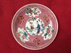 Famille rose saucer with figures - China - Yongzheng period (1723-1735)