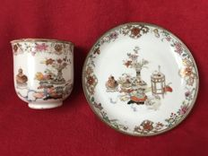 "Famille rose ""attributs"" cup and saucer - China - Yongzheng period (1723-1735)"