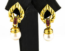 Earrings in 18 kt yellow gold with inlay of 4 rubies totalling 0.30 ct (approx.) and an Akoya cultured pearl measuring 7.60 mm in diameter (approx.)