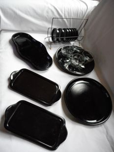 Andries Dirk Copier / Glasfabriek Leerdam  5x black pressed glass tray, 4x liqueur glass with black base and 7x press glass coaster