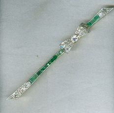 18K Art Deco bar brooch with emeralds and diamonds and bow motif