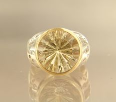 14 kt bi-colour gold ring set with a central smoky quartz and 18 brilliant cut diamonds of approx. 0.30 ct in total