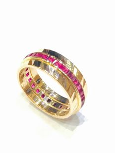 18 kt yellow gold wedding ring set with calibrated rubies.