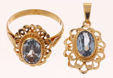 14 kt gold jewellery set consisting of a ring and a pendant with synthetic aquamarine – Ring size: