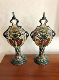 Holland Utrecht Mijnlief - A pair of polychrome earthenware ornamental vases.