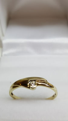 14 kt yellow gold ring set with diamond. Size: 18.5