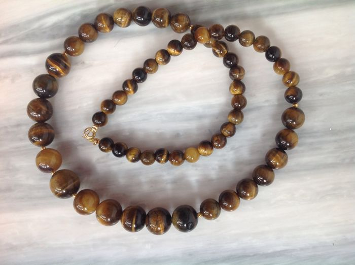 Necklace of Tiger Eye with yellow gold 18 kt clasp, length 47 cm.