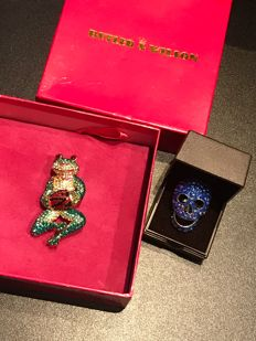 Very rare vintage crystal frog fully signed Butler and Wilson  and rare colour skull ring