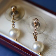 Antique golden Earrings 585 with sea / salty ivory-white pearls with nice lustre and small 8/8 cut diamonds.