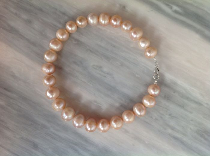 Bracelet of South Sea pink pearls with white gold 18 kt clasp, length 21 cm.