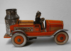 Arnold, Germany - Length 11 cm - Tin fire engine with clockwork motor and flint mechanism, 1930s