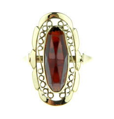 Robust 14 kt yellow gold women's ring with garnet in cutwaway setting