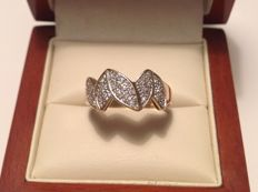 18 kt yellow/white gold fantasy ring of 5 connected leaves, sown with 28 pave set diamonds of approx. 0.20 ct in total E-F VVS