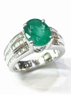 18 kt white gold ring with emerald and diamonds - size 48/49 and easily adjustable
