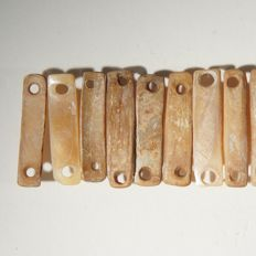 28 shell plaque beads for a bracelet - L. 18 cm.