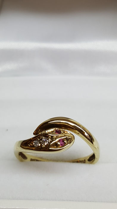 14 kt yellow gold snake ring set with diamond / size 17.25