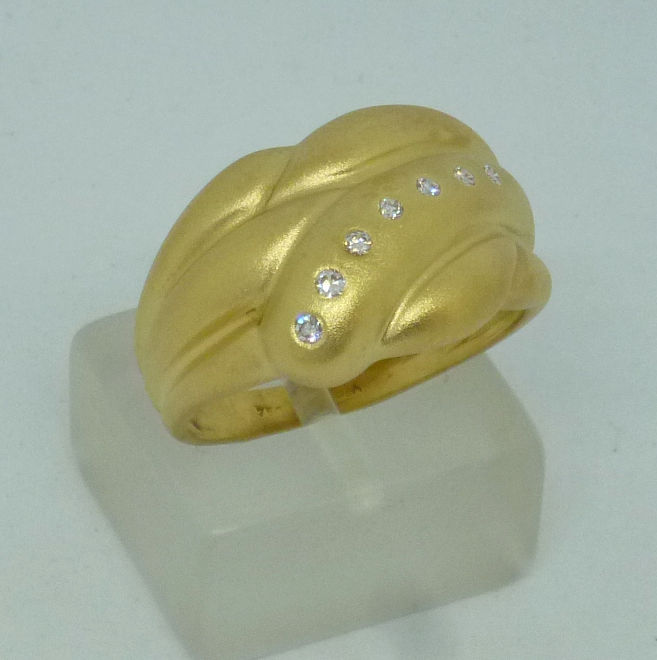 18 kt gold Ladies ring with diamonds - size 56