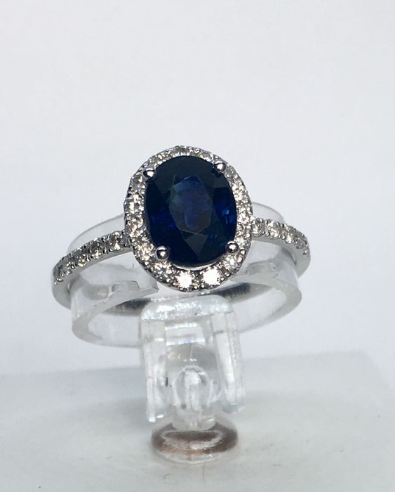 IGI certified  1.64 ct sapphire ring surrounded with 27 diamonds