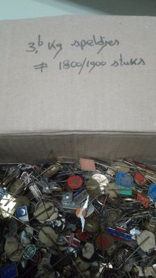 Large collection of 3.6 kg worth of metal pins. These are between 1600-1800 pins