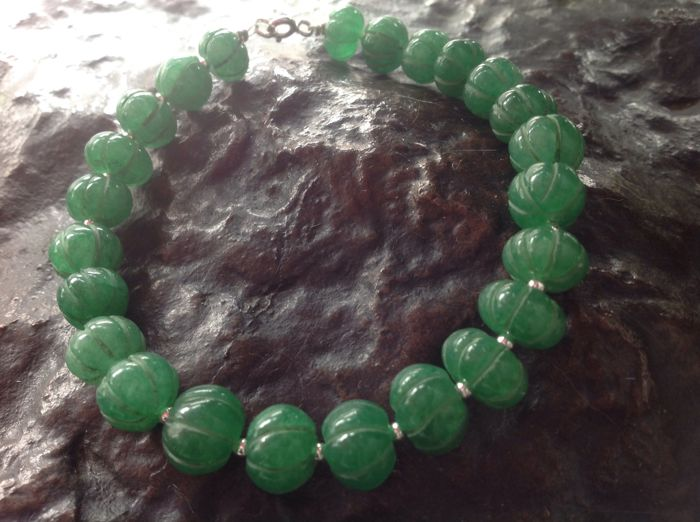 Bracelet in carved emerald with white gold 18 kt, length 22 cm.