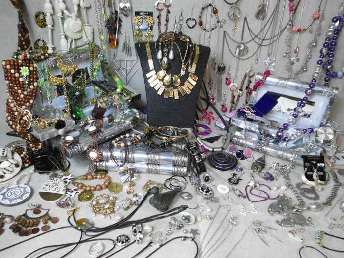 Large collection of jewelry and other collectibles. over 200 items. Excellent condition.