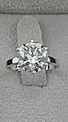 IGL 4.31 ct round solitaire diamond engagement ring in 18 kt gold