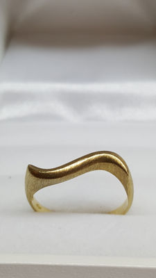 18 kt yellow gold handmade ring Size: ring size 17.15