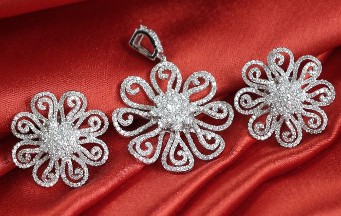 Diamond Pendant with matching earrings in 14 K white gold  - Diamonds 5.32 ct in total – Pendant : 28 mm – Earrings : 21 mm