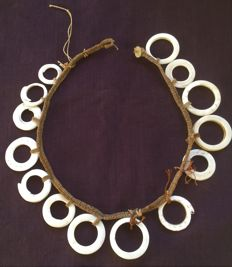 Shell necklace with natural fibres – Papua New Guinea.
