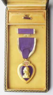 American Purple Heart medal WITH NAME in Coffin type case and two batons - Lock Brooch (1943 type!). Complete set - WW2.