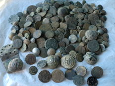 Beautiful lot with 195 antique buttons (17th to 19th centuries) civilian and several military, variety in large and small sizes.