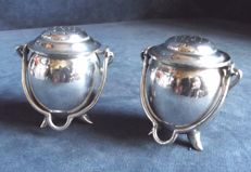 Lot 807 Very fine salt and pepper two-piece set with handle, in English Silver Plated metal marked Francis Howard, England, 1890s