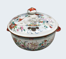 Large Famille rose tureen decorated with a scroll depicting a landscape - China - ca. 1735 (Yongzheng)