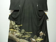Antique silk kuro-tomesode kimono with exquisite decoration of golden cloud bands, pine and cherry blossom pattern - Japan - Mid 20th century