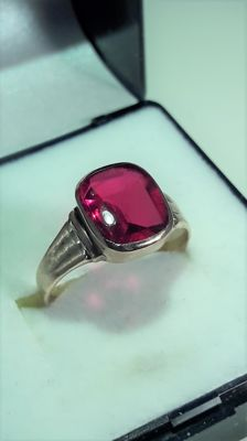 Womens beautifull gold ring whit big blood red ruby 4,5 ct. ***** No Reserve *******