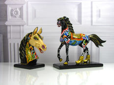 Toms Drag - Two horse sculptures - 21st century Germany, marmorin with gold leaf