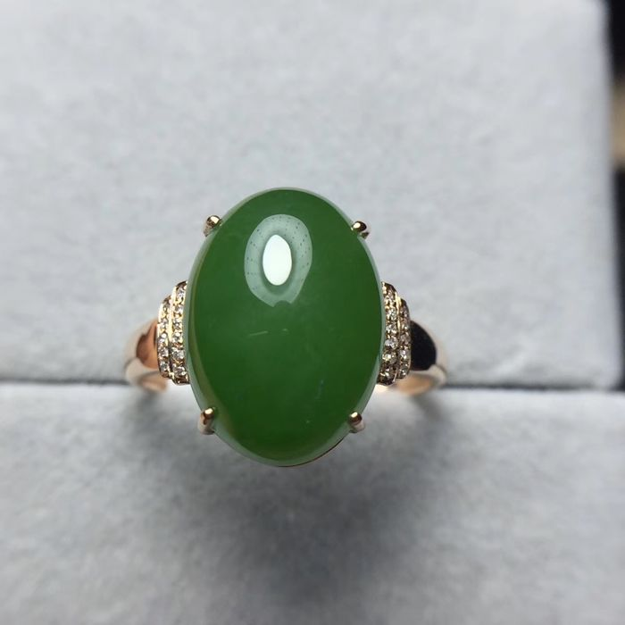 Au 750 gold ring with jade 6.6ct. and diamonds 0.20ct.--size adjustable