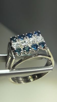 Beautifull and elegant white gold ring set whit 4x 0,09 ct diamonds and 8x 0,05 ct sapphires.